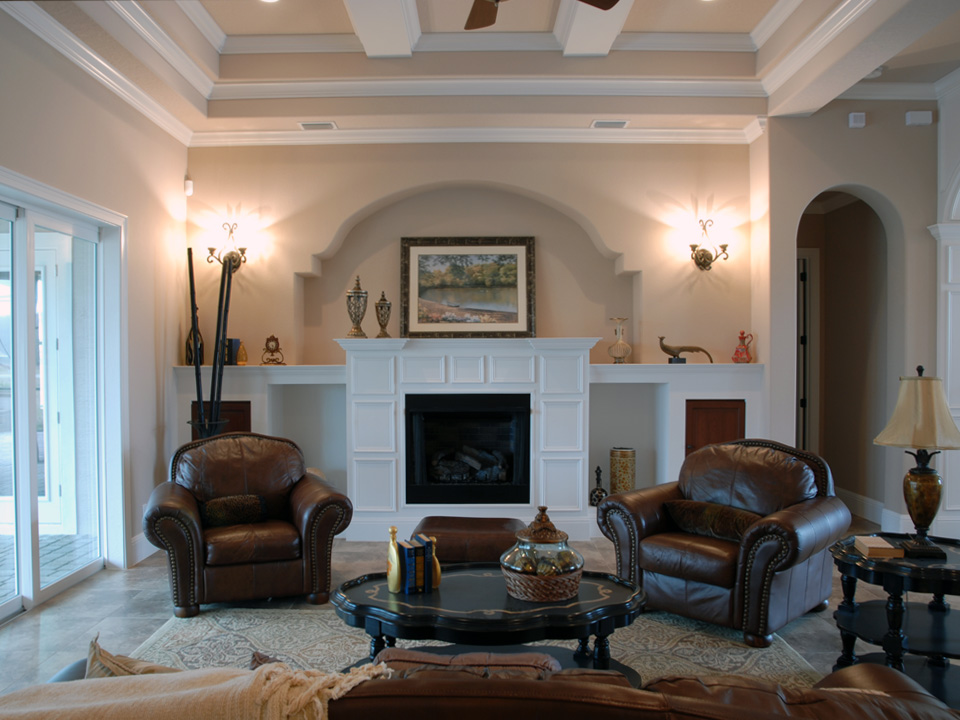 Living room with leather chairs in front of a fireplace