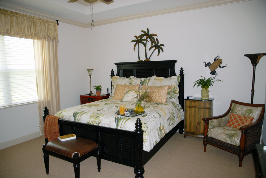 Bedroom with 4 poster bed and tropical decor